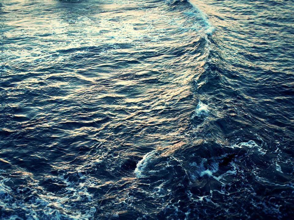 아침에서 본 바다의 표면