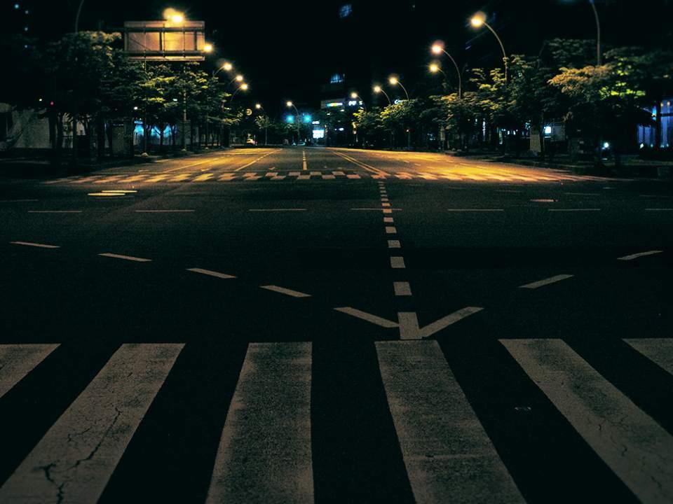 밤에서 본 도로
