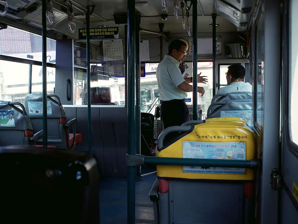 버스 안에서..