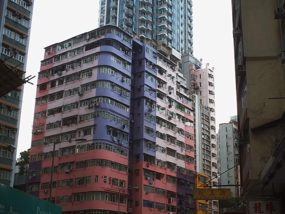 사이에 들어가있는 건물