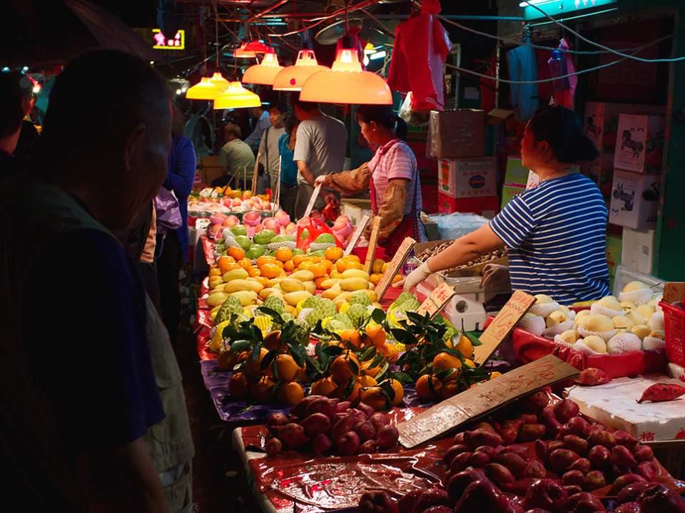 밤에서 본 작은 시장