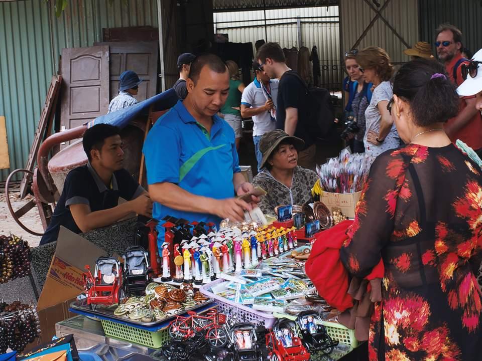 호치민 묘 근처에서의 기념품 판매