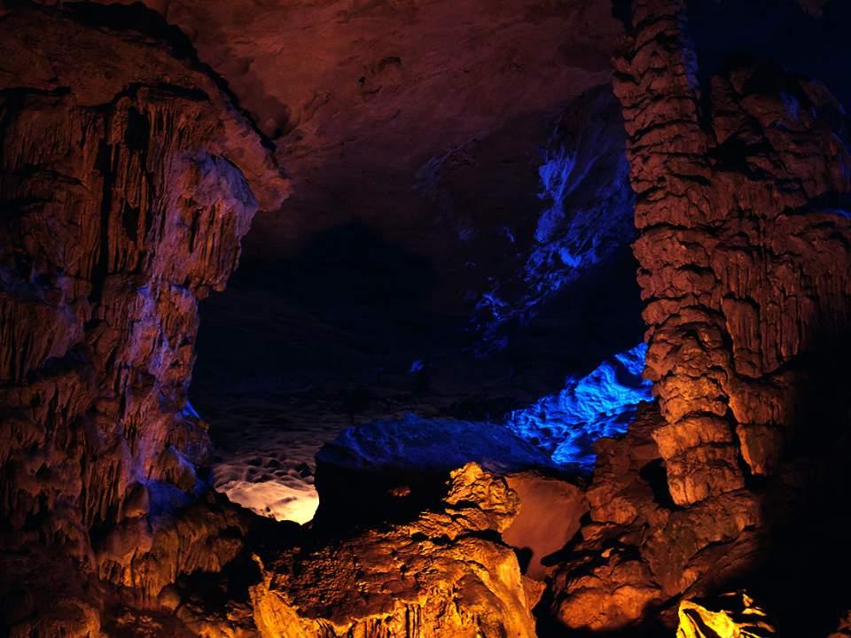 넓은 동굴 속에는..