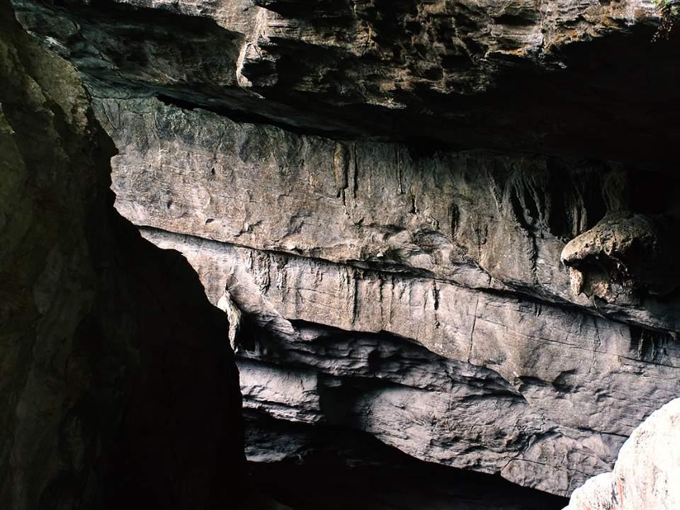동굴 주변의 바위