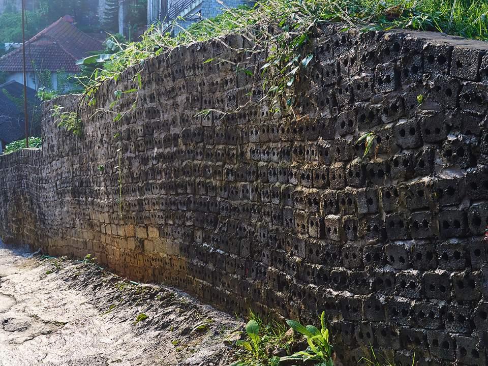 언덕 아래의 벽