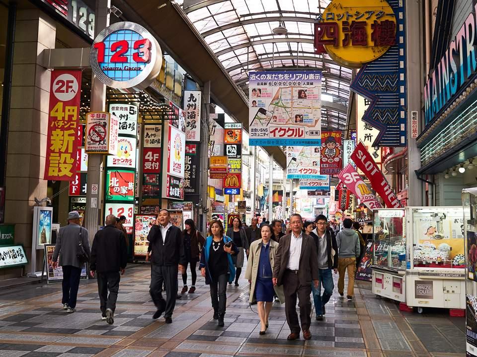 가게들이 늘어서있는 거리
