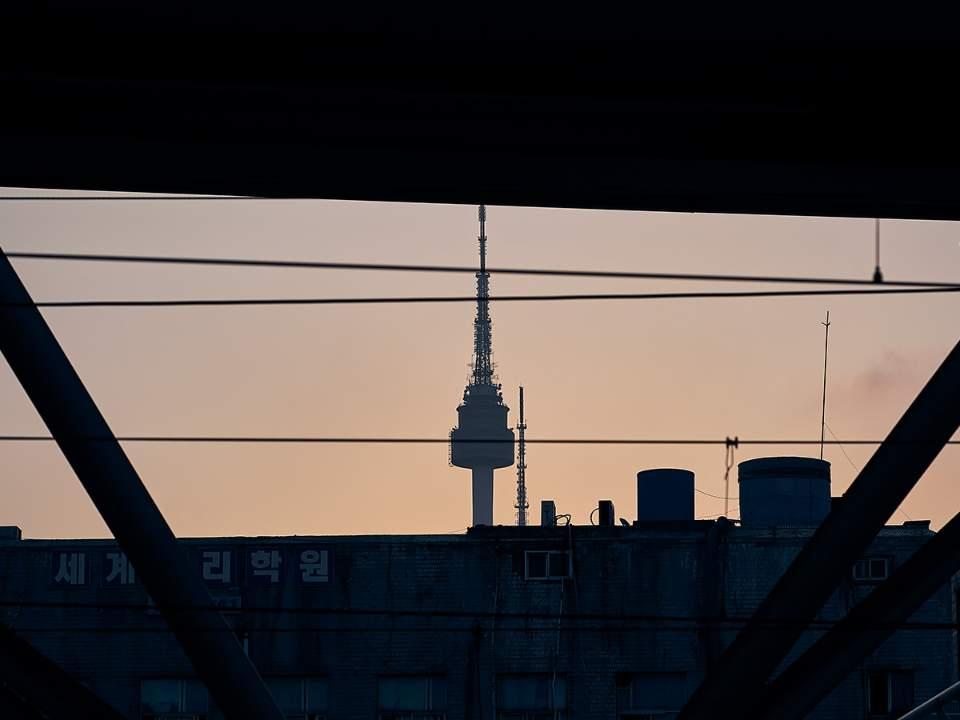 스쳐보이는 서울타워