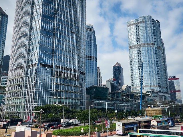 맑은날의 거대한 건물