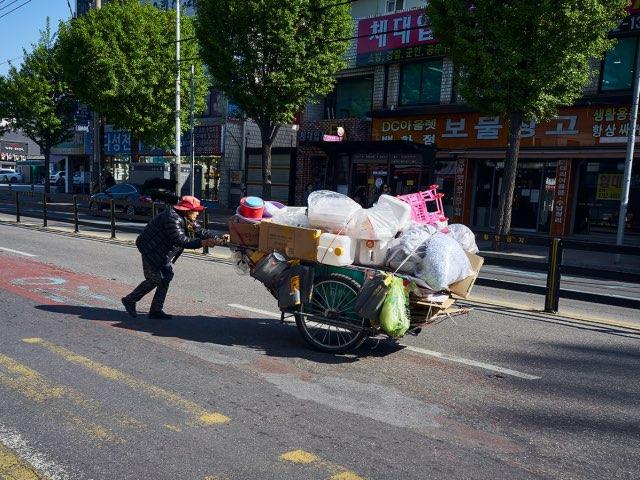 거리에서 보는 노인들의 모습