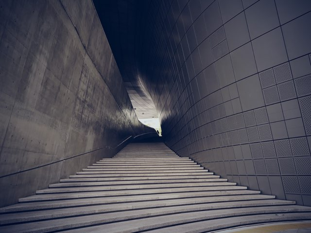 계단으로 올라가는 길