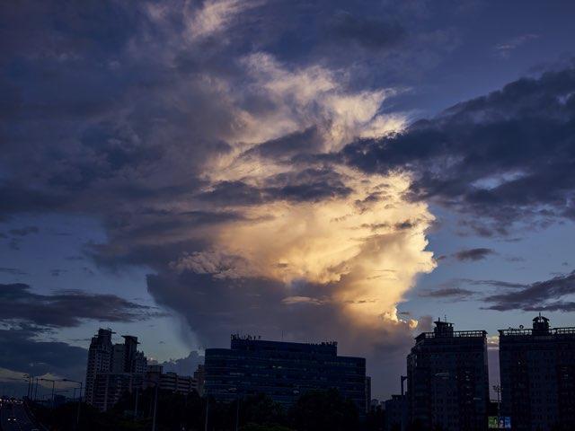 태풍이 휘몰아치는 하늘