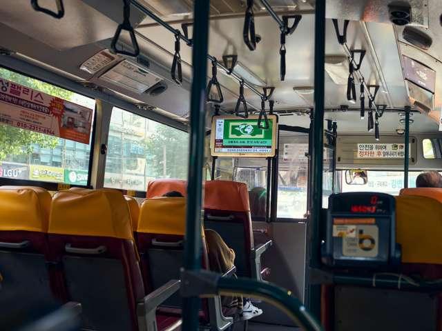 아침 출근할때의 버스의 내부